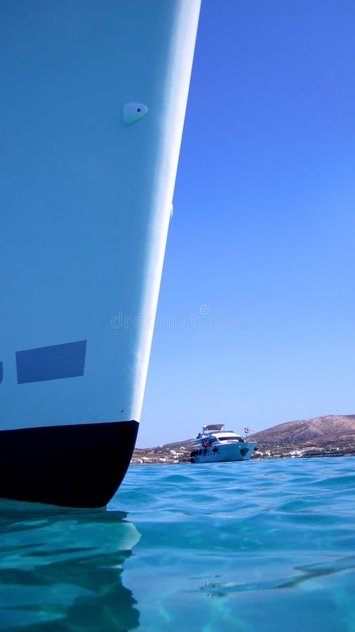Prow des Bootes im blauen Meer lizenzfreie stockbilder
