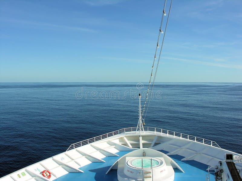 Prow des Kreuzschiffs in Meer lizenzfreies stockbild