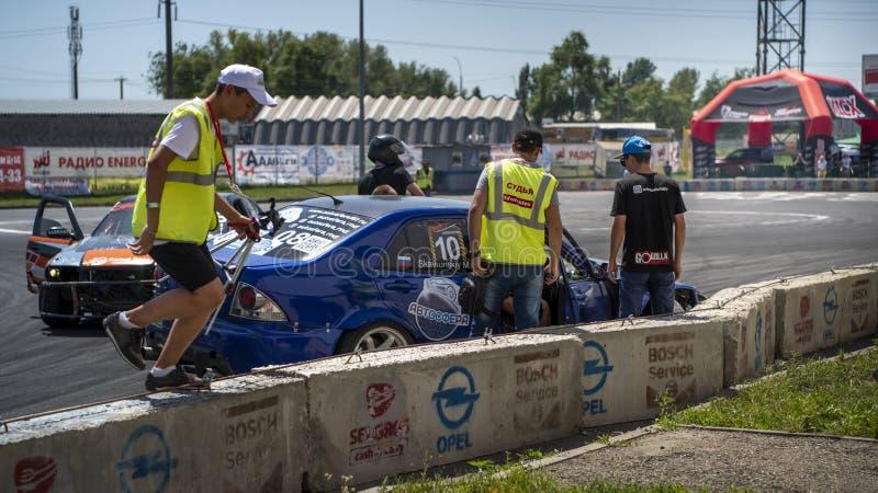 Prowadnikowy przedstawienie Samochody w rywalizacji dla dryfu rozbijali w ogrodzenie obraz stock