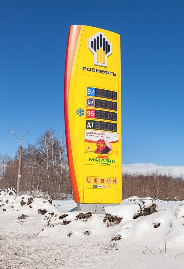 Prowadzi znaka, wskazanego cena paliwo na benzynowej staci R obraz stock