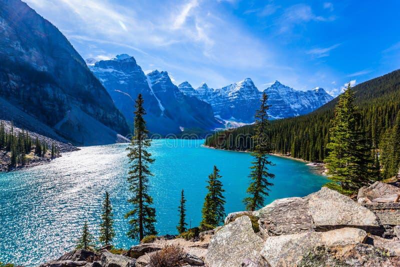 Prowincja Alberta, Kanadyjskie Skaliste góry Zimny północny słońce odbija w lodowatej wodzie jeziorna morena Pojęcie fotografia royalty free