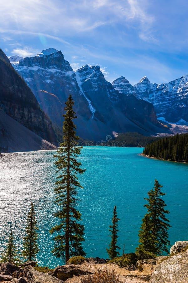 Prowincja Alberta, Kanadyjskie Skaliste góry Zimny północny słońce odbija w lodowatej wodzie jeziorna morena Pojęcie fotografia stock