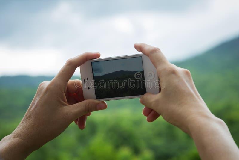 Proyección de imagen con el móvil fotografía de archivo libre de regalías