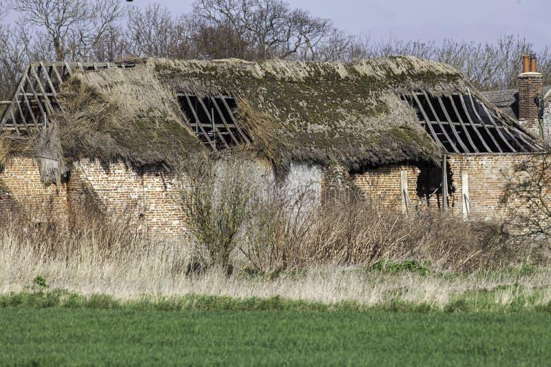 Proyecto abandonado dilapidado de la conversión del granero del tejado cubierto con paja fotos de archivo libres de regalías