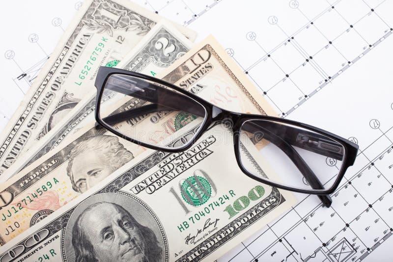 Proyecto arquitectónico y dinero con los vidrios Fondo de la construcci?n fotografía de archivo libre de regalías