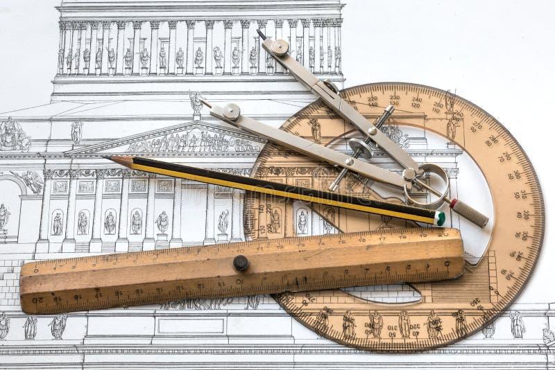 Proyecto de la arquitectura con un viejo plan histórico y herramientas técnicas libre illustration