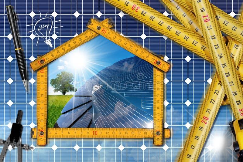 Proyecto de la casa ecológica con el panel solar fotos de archivo
