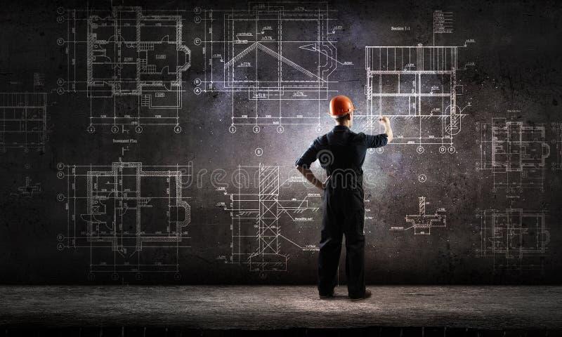 Proyecto del drenaje del hombre del constructor imagenes de archivo