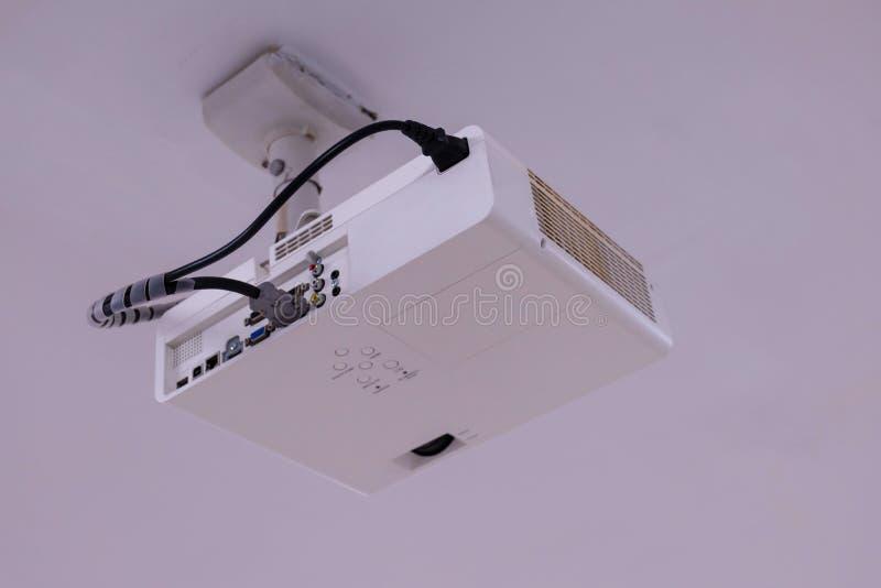 Proyector ascendente cercano de las multimedias instalado en el techo foto de archivo