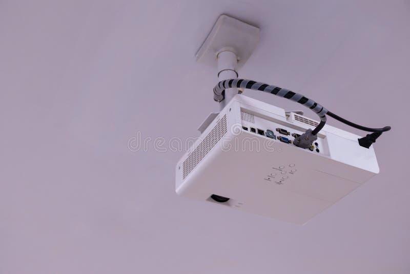 Proyector ascendente cercano de las multimedias instalado en el techo imagen de archivo libre de regalías