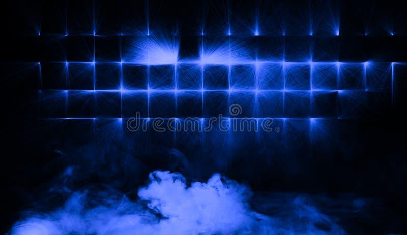 Proyector azul del estudio con humo el piso Elemento del diseño imagen de archivo