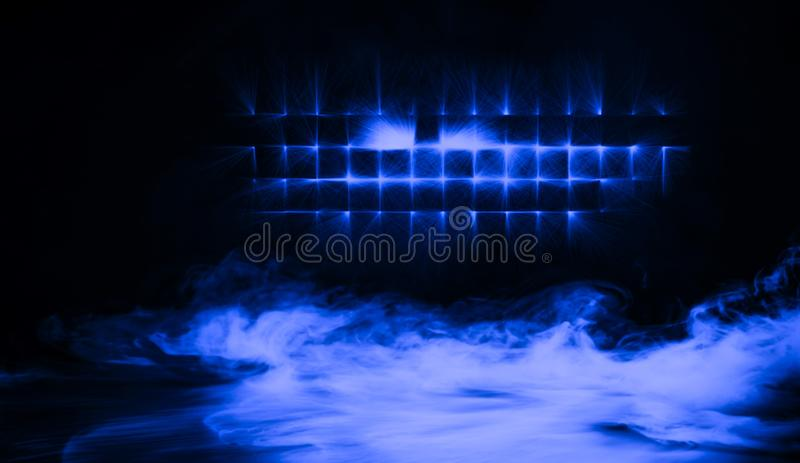 Proyector azul del estudio con humo el piso Elemento del diseño fotos de archivo