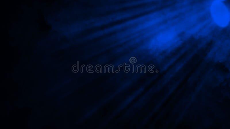 Proyector azul del estudio Etapa con humo en el fondo del piso Elemento del dise?o foto de archivo