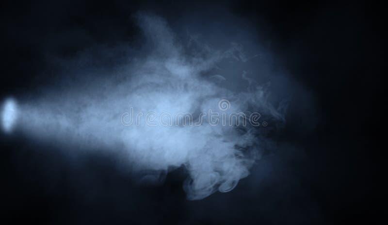 Proyector azul del estudio Etapa con humo en fondo aislado Elemento del dise?o imagenes de archivo
