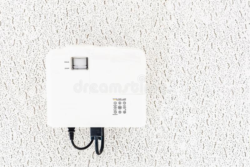 Proyector blanco que cuelga en el techo de la sala de conferencias, equipo de los multi-medios de la proyección fotos de archivo
