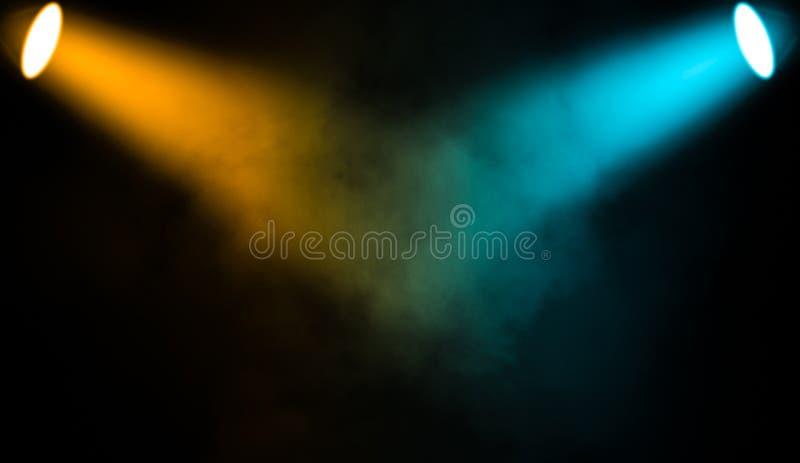Proyector colorido Etapa del proyector con humo en fondo negro libre illustration