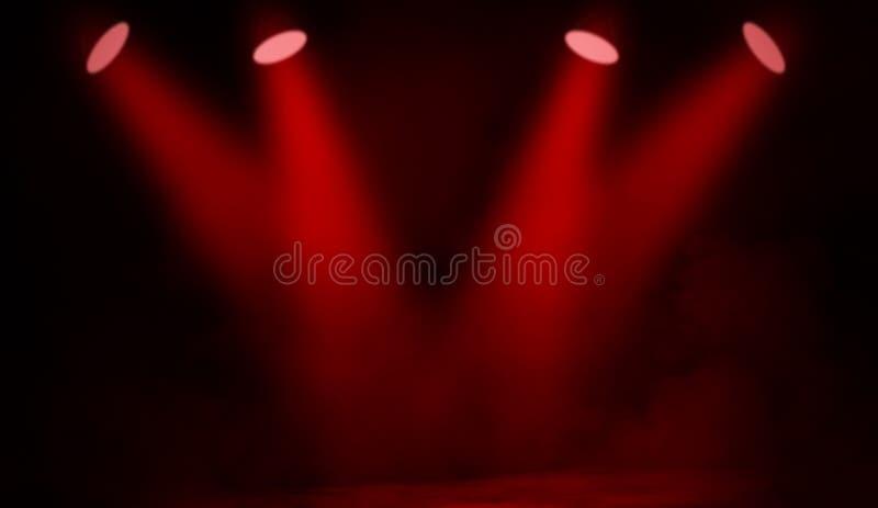 Proyector del proyector en el piso Etapa roja hermosa del funcionamiento Aislado en textura negra del fondo imágenes de archivo libres de regalías