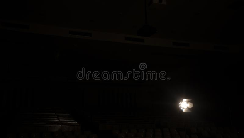 Proyector del estudio usando para la película de la producción del fondo el objeto de la silueta para hace el cine fotos de archivo libres de regalías