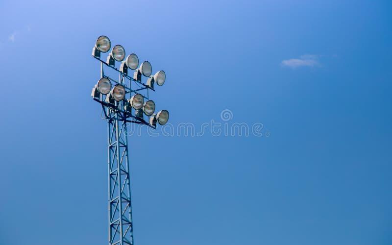 Proyector eléctrico poste en fondo hermoso del cielo azul fotografía de archivo libre de regalías