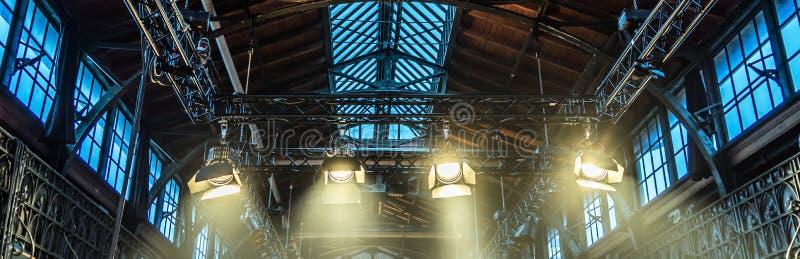 Proyector en el techo de un pasillo anterior de la fábrica para encender d imagen de archivo