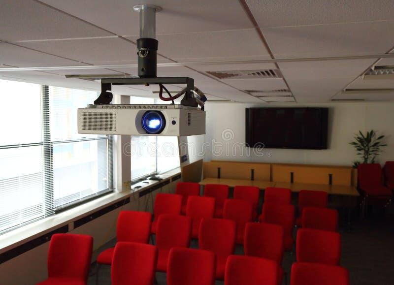 Proyector en la sala de conferencias fotos de archivo