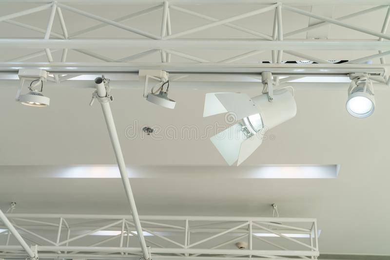 Proyector que cuelga en el techo blanco fotografía de archivo libre de regalías