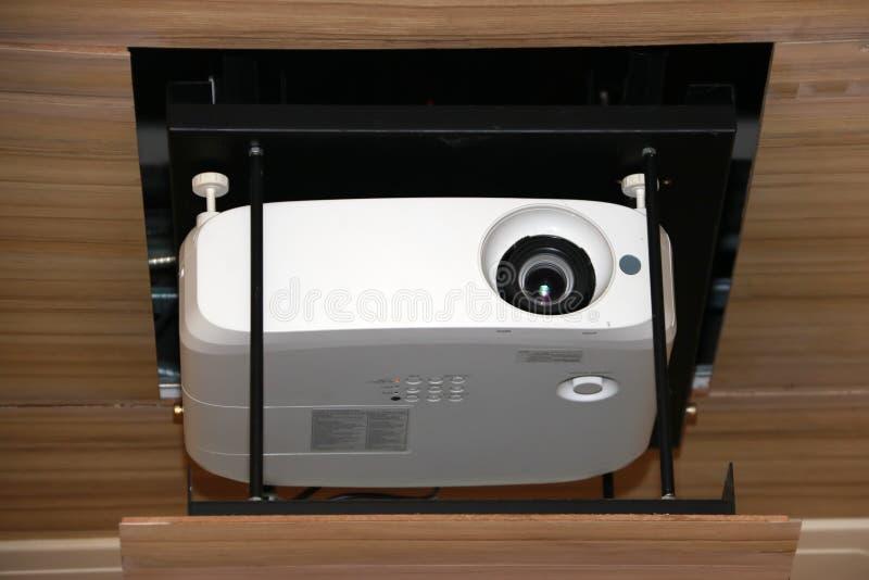 Proyector que cuelga en techo de la sala de reunión imágenes de archivo libres de regalías