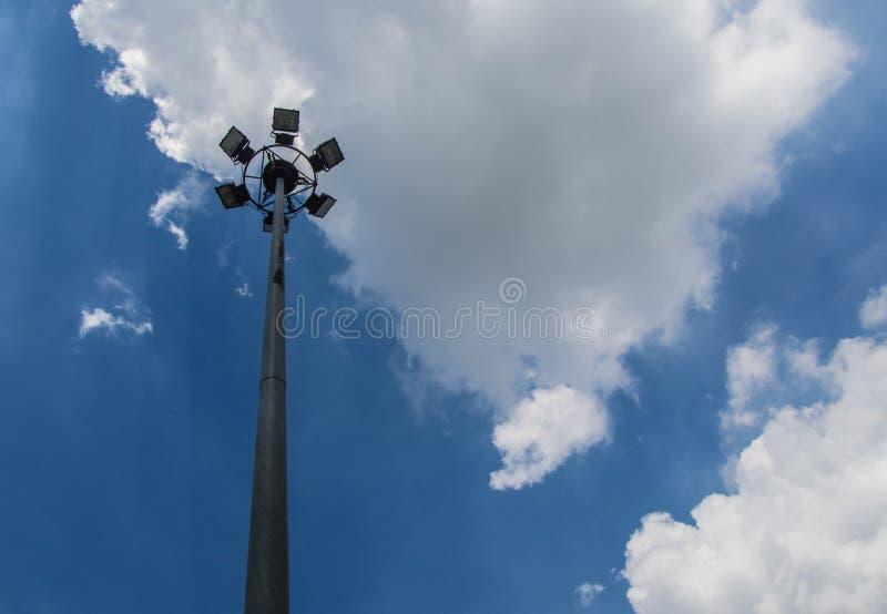 Proyectores del pilar en fondo del cielo azul foto de archivo libre de regalías
