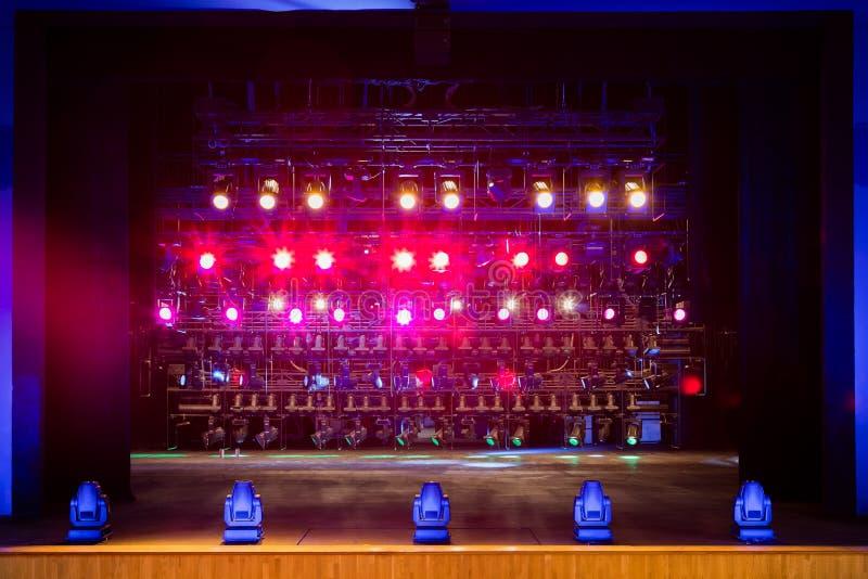 Proyectores y equipo de iluminación para el teatro Luces multicoloras imagenes de archivo