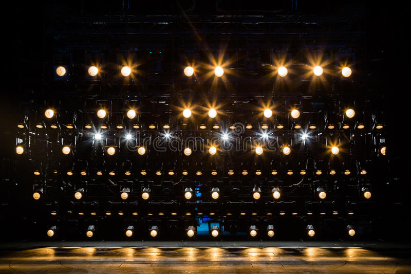 Proyectores y equipo de iluminación para el teatro Luz ámbar fotos de archivo libres de regalías