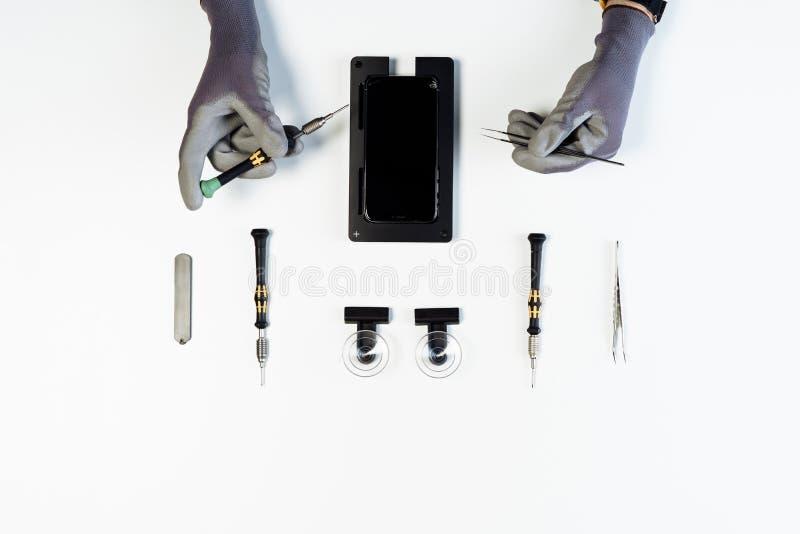 Prozess der flachen Lage der Smartphoneanzeigen-Reparatur stockfoto