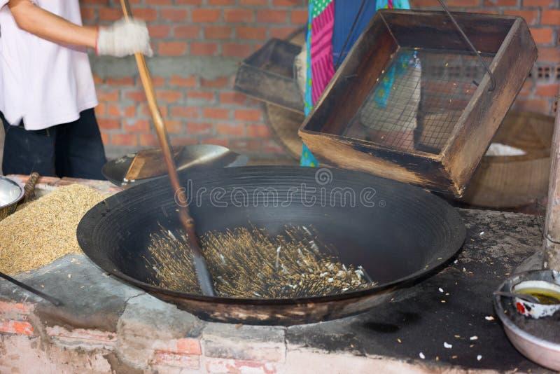 Prozess der Herstellung Eibisch des knusperigen Puffreiskuchens in der Mekong-Delta, Süd-Vietnam, Bewegungsunschärfe stockbilder