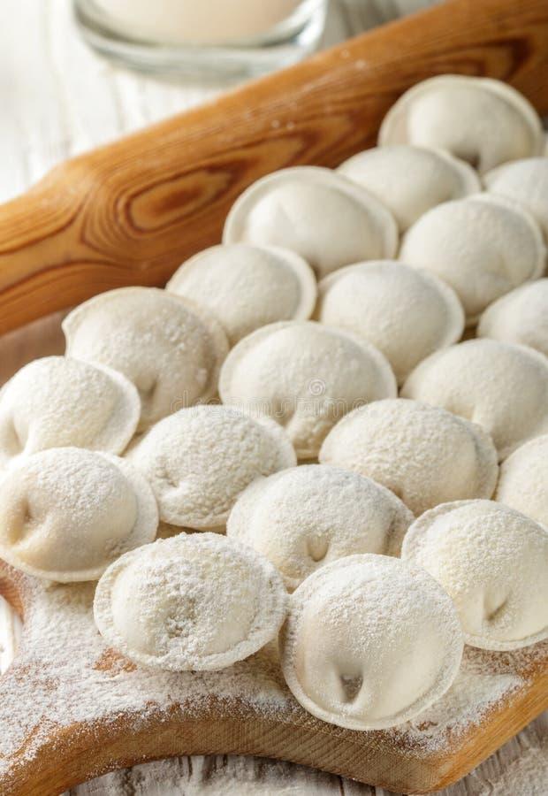 Prozess der Herstellung von selbst gemachten rohen Mehlklößen mit Fleisch lizenzfreie stockbilder