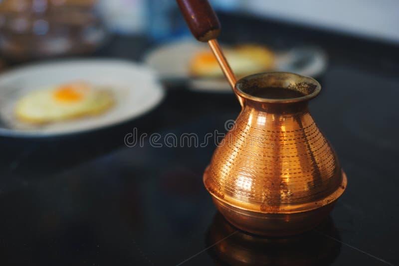 Prozess der Zubereitung eines klassischen Frühstücks: Spiegeleier in einer Bratpfanne, ein klassischer türkischer Türke für das K stockbild