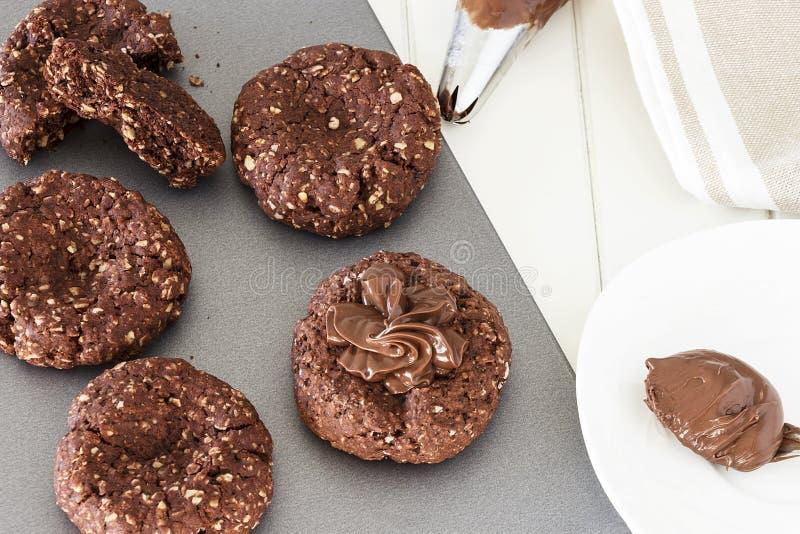 Prozess des Kochens von Schokoladenhafermehlplätzchen Sahnedekorationshaferplätzchen Selektiver Fokus Abschluss oben stockfotografie
