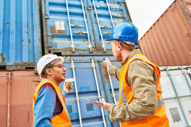 Prozess des Ladenschiffs mit Behälterspeichereinheiten lizenzfreie stockfotos