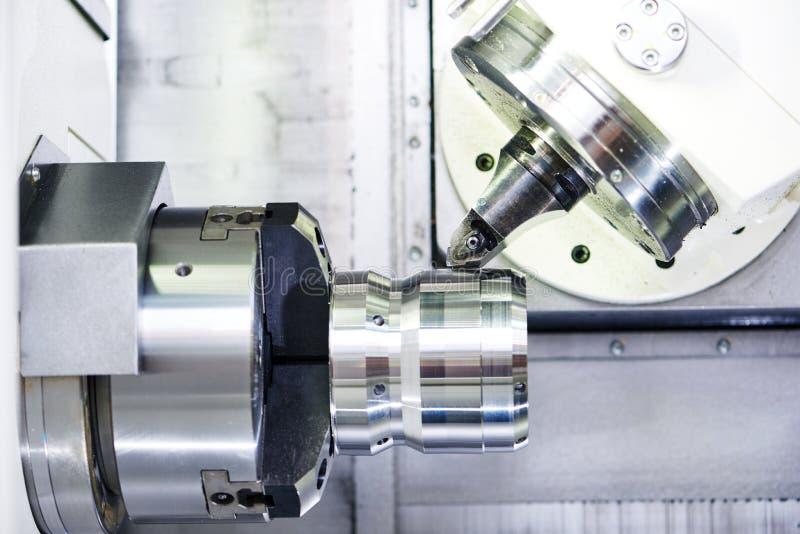 Prozess des Metalls arbeitend an Werkzeugmaschine lizenzfreies stockbild