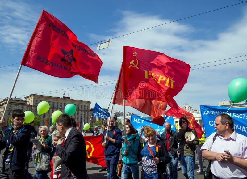 Prozession der Teilnehmer der Maifeiertagsdemonstration auf Lenin-Allee, Voronezh lizenzfreies stockbild