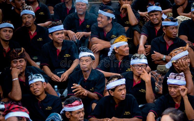 Prozessionsfördermaschinen warten ihre Drehung während der Zeremonie der Verbrennung der Königin lizenzfreie stockbilder
