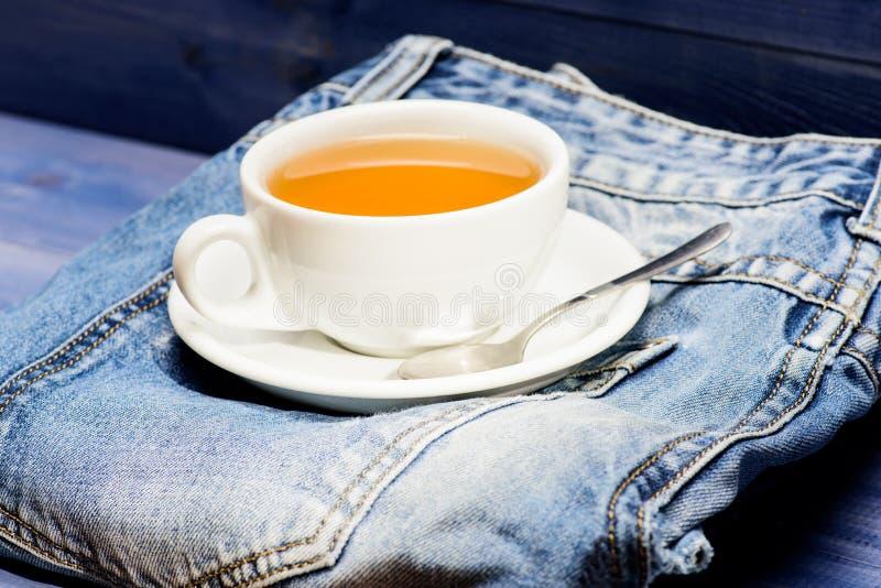 Prozesstee, der im keramischen Becher braut Gesunde Gewohnheiten Teezeitkonzept Hei?wasser des Schalenbechers und Tasche des Tees lizenzfreie stockfotos