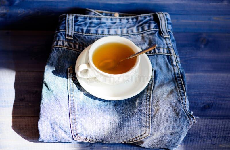 Prozesstee, der im keramischen Becher braut Gr?nes oder schwarzes ganzes Kr?uterblatt Gesunde Gewohnheiten Teezeitkonzept Schalen stockfoto