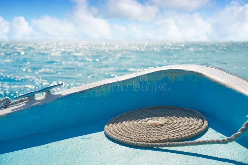 Prua caraibica della barca con la navigazione a spirale della corda fotografia stock libera da diritti