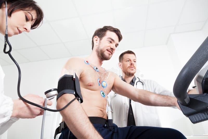 Prueba de diagnóstico del corazón con el doctor fotos de archivo