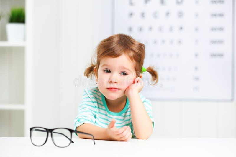 Prueba de la visión del concepto muchacha del niño con las lentes imágenes de archivo libres de regalías