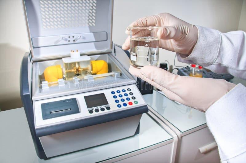 Prueba de laboratorio con un dispositivo electrónico imagen de archivo libre de regalías