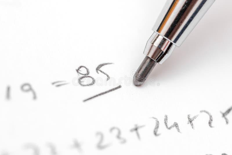 Prueba de resolución de las ecuaciones de la álgebra imagen de archivo libre de regalías