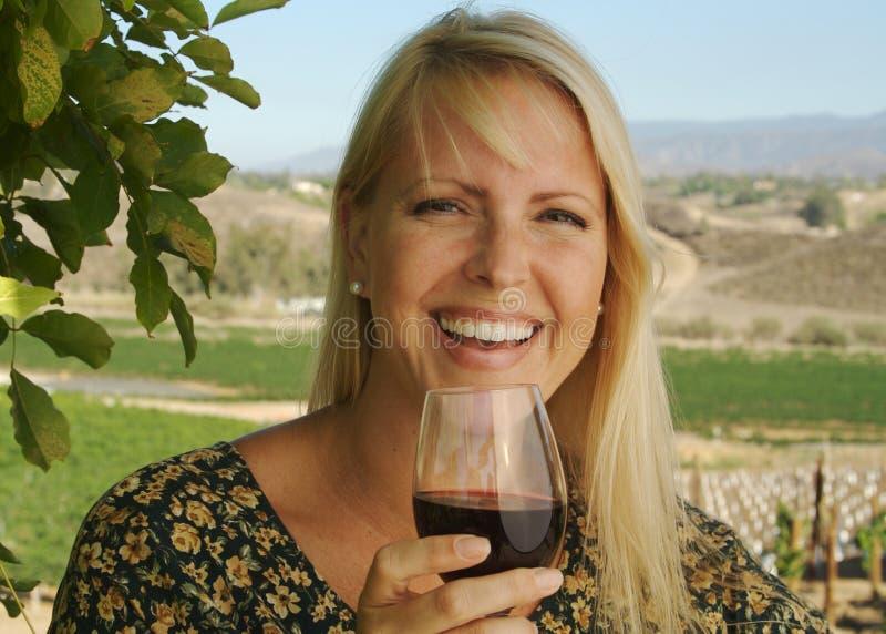 Prueba de vino hermosa de la mujer imagen de archivo libre de regalías