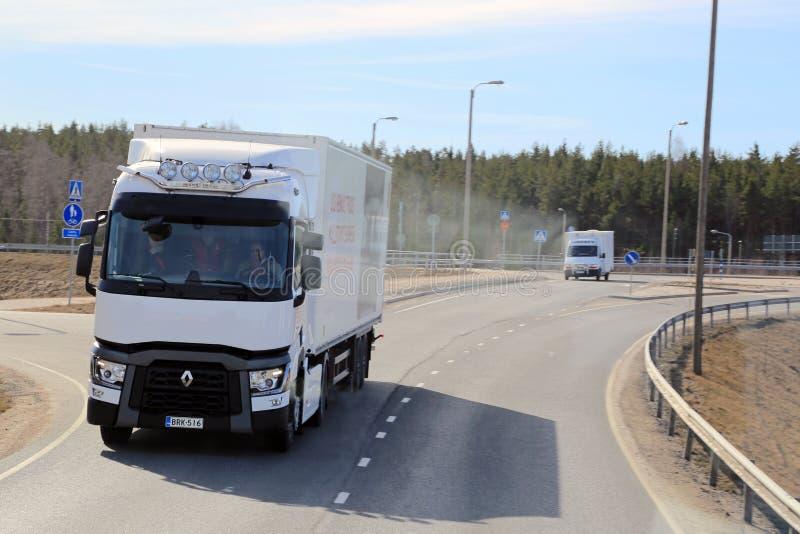 Pruebe la conducción de un camión de transporte largo blanco de Renault Range T imagenes de archivo
