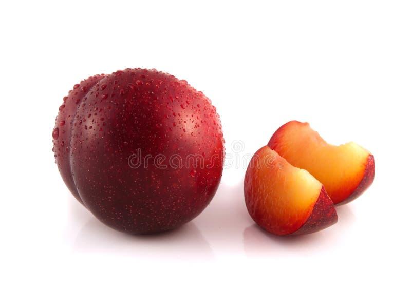 Prugna rossa isolata con due fette (gocce di acqua) fotografie stock