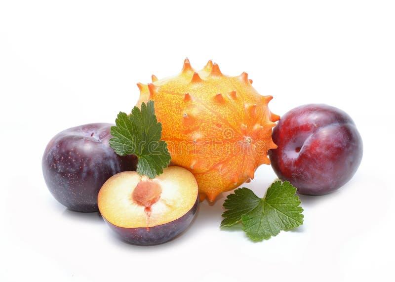 Prugne e frutta di kiwano fotografie stock